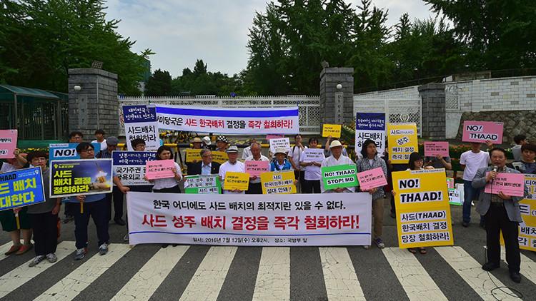 Activistas surcoreanos durante una protesta contra el despliegue del THAAD