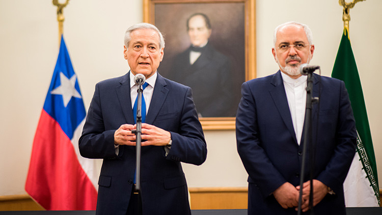 El canciller iraní, Mohammad Javad Zarif (derecha), habla a los medios de comunicación junto a su homólogo chileno, Heraldo Muñoz.