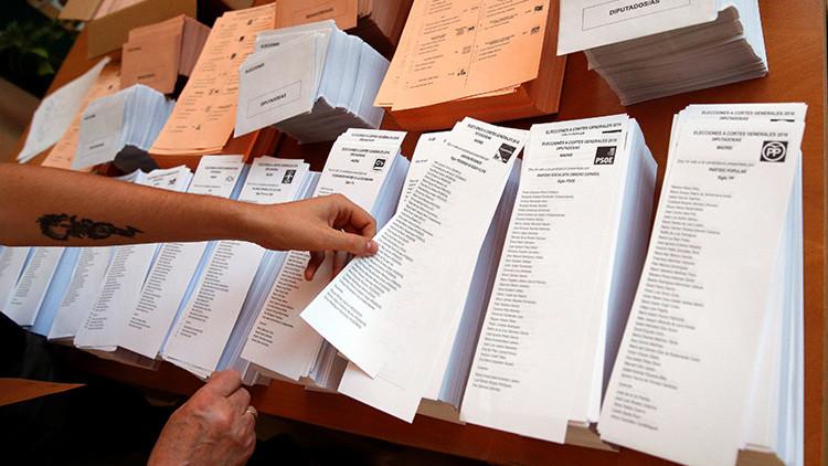 Votante eligiendo la papeleta del partido que va a votar en las elecciones del pasado 26 de junio