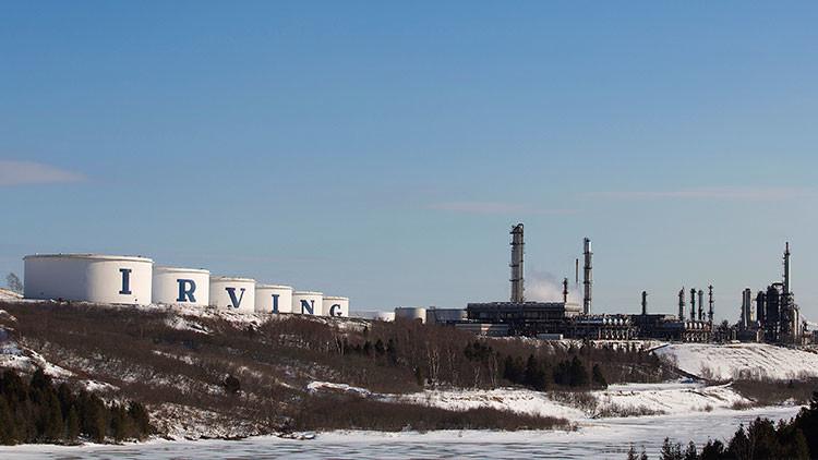 Recipientes de almacenamiento y la refinería Irving Oil en Saint John, New Brunswick (Canadá).