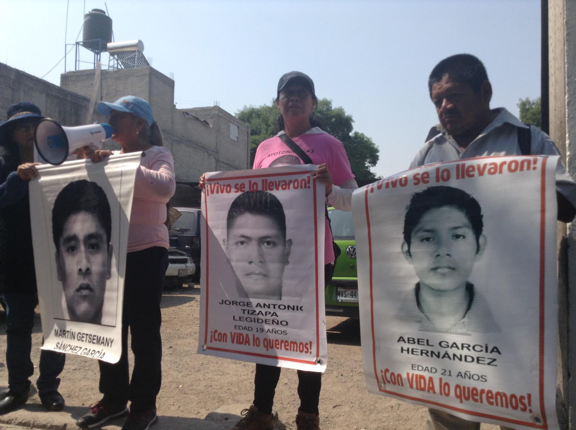 Familias de Ayotzinapa presentan el caso de la desaparición de sus hijos ante campesinos en el pueblo de Atenco