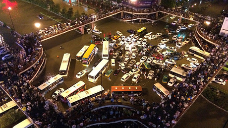 Vehículos varados en un cruce de caminos durante una fuerte lluvia en Xi'an, provincia de Shaanxi, China
