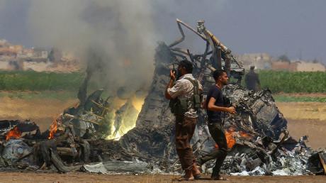 Restos del helicóptero ruso derribado en el norte de la provincia siria de Idlib, controlada por los rebeldes