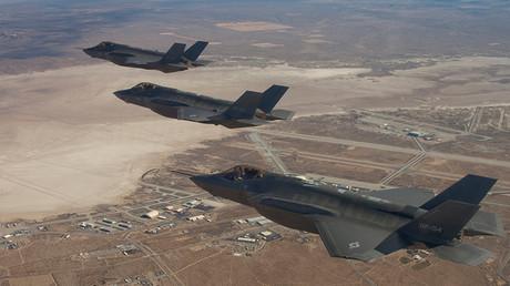 Tres cazas polivalentes F-35 en vuelo