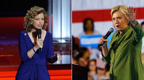 La expresidenta del Comité Nacional Demócrata, Debbie Wasserman Schultz, (a la izquierda) y la candidata demócrata a la presidencia de EE.UU., Hillary Clinton (a la derecha)
