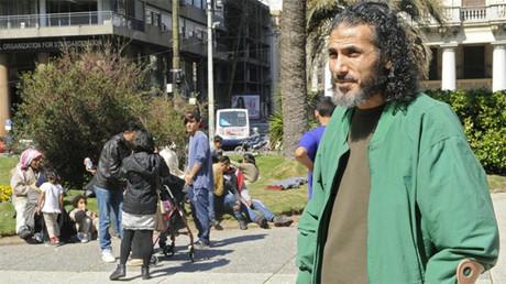 El exprisionero de Guantánamo Yihad Ahmed Mustafa Diyab en la Plaza de la Independencia en Montevideo.