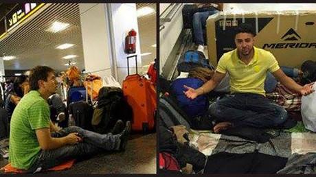 Unos de los pasajeros varados en el aeropuerto de Madrid