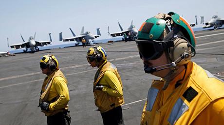 Los pilotos de EE.UU. est'an siendo instruidos en la cubierta de un portaaviones