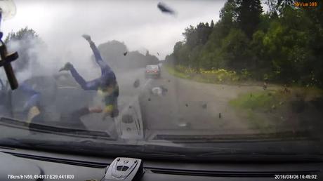 Accidente mortal: Los pasajeros de un Lada salen volando tras un choque frontal
