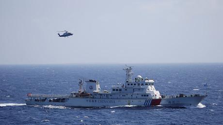 Un barco y un helicóptero chinos durante un ejercicio de búsqueda y rescate cerca de las Islas Paracelso en el mar de la China Meridional, el 14 de julio de 2016.