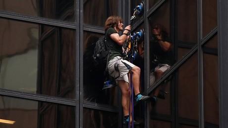 Un hombre escala la Trump Tower en Nueva York, Estados Unidos, el 10 de agosto de 2016