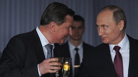 El presidente Putin (der.) y el exjefe de la Administración del Kremlin Serguéi Ivanov (izq.)