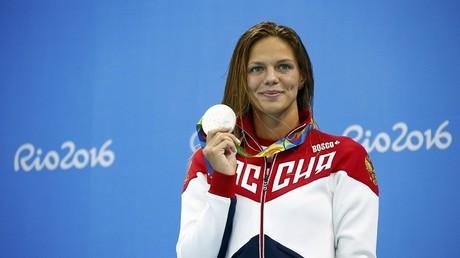 La nadadora rusa, Yulia Efímova, posa con su medalla de plata en Río de Janeiro, Brasil, el 12 de agosto de 2016.
