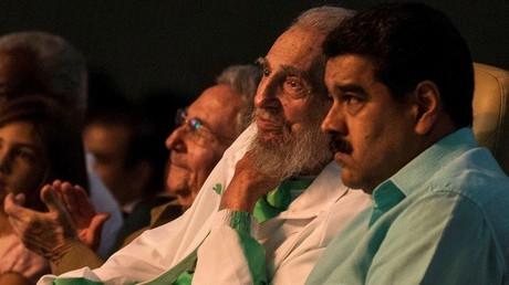 El líder de la revolución cubana, Fidel Castro, con su hermano Raúl, presidente de Cuba, y el mandatario venezolano Nicolás Maduro en el teatro Karl Marx de La Habana.