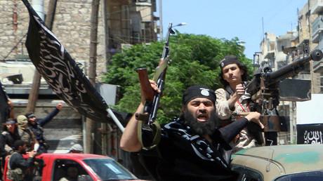 Milicianos del Frente Al Nusra, agrupación afiliada a Al Qaeda, se dirigen a la ciudad siria de Alepo