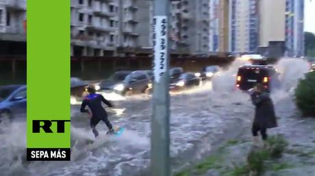 Esquiando por las calles de Moscú con ayuda de un Hummer