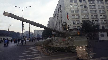 Un carro de combate soviético con la bandera rusa izada frente a la Casa del Gobierno de Rusia