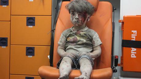 Omran Daqneesh salvado de los escombros