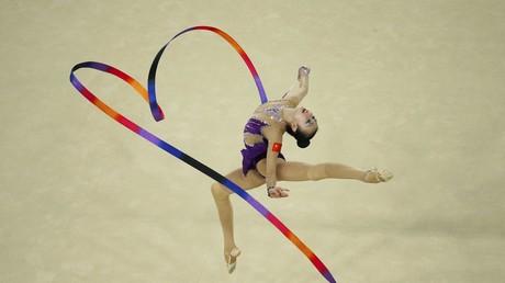 La gimnasta china Shang Rong realiza un ejercicio de cinta en la Arena Olímpica de Río.