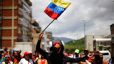 Una persona disfrazada de pájaro durante una manifestación progubernamental en Caracas