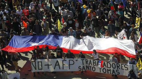 Miles de personas protestan contra el actual sistema de pensiones en las calles de Santiago, Chile.