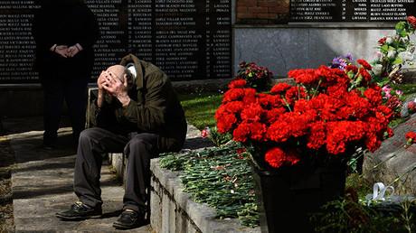 Un hombre llora junto a la fosa común del cementerio de San Salvador, en Oviedo, durante un acto conmemorativo del inicio de la Segunda República española. 14 de abril de 2013