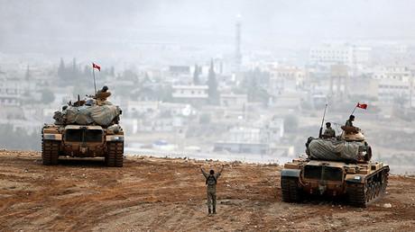 Varios tanques del Ejército turco toman posición en la localidad turca de Suruc en la provincia de Sanliurfa, el 11 de octubre de 2014.