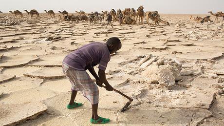 Un trabajador extrae sal del desierto en la depresión de Danakil, al norte de Etiopía, el 22 de abril de 2013.