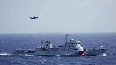 Un barco y un helicóptero chinos realizan un ejercicio de búsqueda y rescate cerca de las Islas Paracelso, en el mar de la China Meridional.