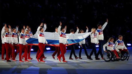 Deportistas paralímpicos rusos portan la bandera nacional de Rusia durante la ceremonia de clausura de los Juegos Paralímpicos de Invierno 2014 en Sochi, Rusia, el 16 de marzo de 2014.