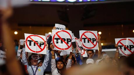 Protesta contra el Acuerdo Transpacífico de Cooperación Económica (TPP) durante la Convención Nacional Democrática en Filadelfia, Pensilvania, EE.UU., el 25 de julio de 2016.