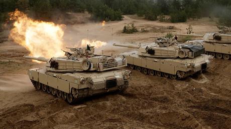 Tanques estadounidenses disparan durante los ejercicios militares Saber Strike de la OTAN en Adazi, Letonia.