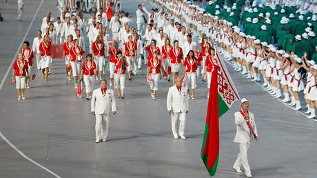 Alexánder Románkov, 'el zar del esgrima', ejerce de abanderado del equipo de Bielorrusia durante la ceremonia de apertura de los Juegos Olímpicos en el Estadio Nacional de Pekín, China, 8 de agosto de 2008.