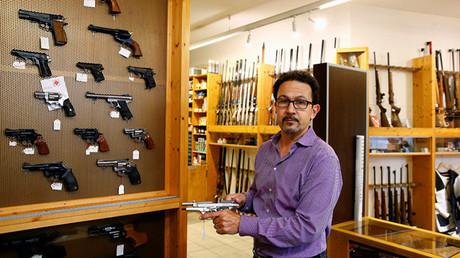 Un vendedor sostiene una pistola de fogueo en una tienda de armas de Berlín, Alemania, el 8 de enero de 2016.