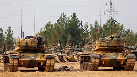 Tanques y personal del Ejército turco en la ciudad de Karkamis, frontera turco-siria