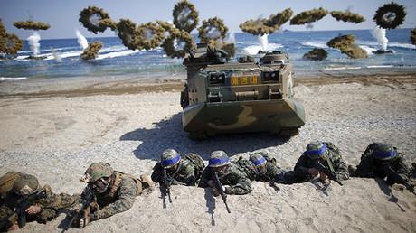 Soldados de Corea del Sur y EE.UU. toman posiciones durante una operación conjunta de perfeccionamiento de aterrizaje en Pohang, Corea del Sur, el 12 de marzo de 2016.