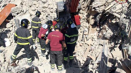 Equipos de rescate trabajan en una casa derrumbada después del terremoto en Amatrice, Italia central, el 26 de agosto de 2016.