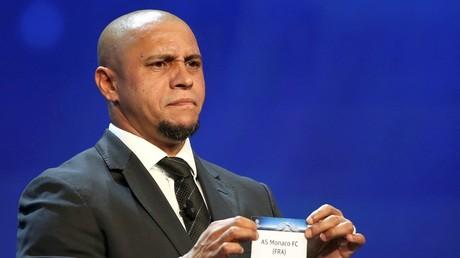 Polémico cambio de bola de Roberto Carlos en el sorteo de la Champions