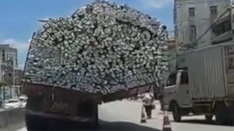 Imprudencia al límite: Un camión sobrecargado en exceso asusta a los peatones