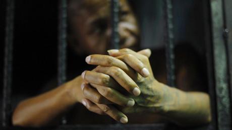 Un miembro de una pandilla queda tras las rejas de una celda de la cárcel de Quezaltepeque