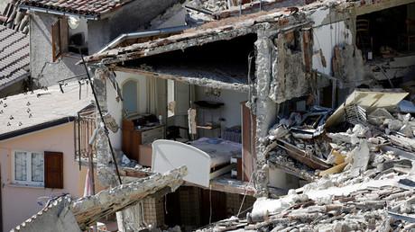 El interior de una casa dañada por el terremoto en Pescara del Tronto, Italia