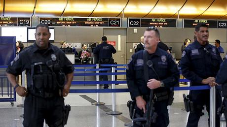 La Policía de Los Ángeles vigila el terminal Tom Bradley del aeropuerto principal. 24 de noviembre de 2015.