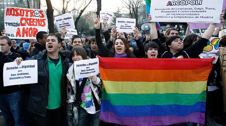 Miembros de la asociación LGTB 'Arcópoli' durante una manifestación