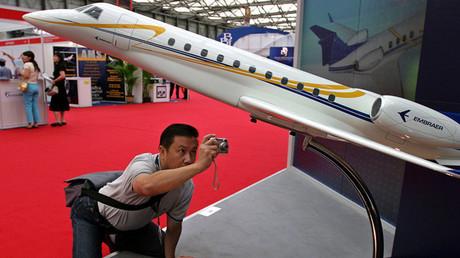 Un visitante en la Conferencia y Exposición Asiática de la Aviación de Negocios en Shanghái.