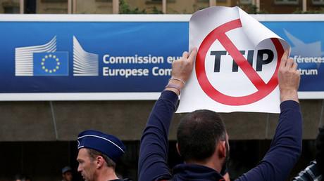 Un manifestante muestra un cartel durante una protesta en Bruselas, Bélgica, el pasado julio
