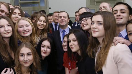 El primer ministro ruso, Dmitri Medvédev, con estudiantes de la Universidad de Economía Plejánov de Moscú
