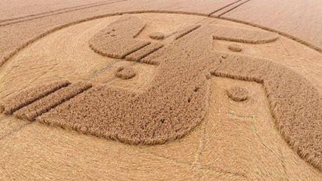 Una esvástica gigantesca aparece en un campo de Inglaterra