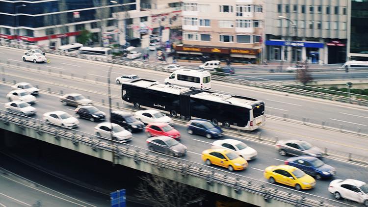 Proponen una idea muy simple para resolver los atascos de tráfico (video)