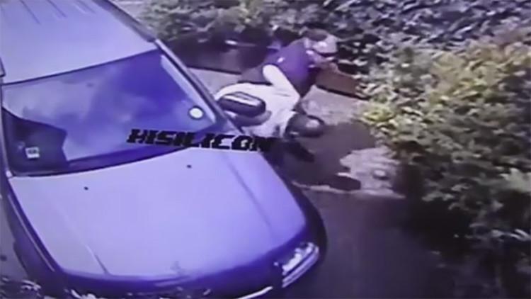 VIDEO: Un multimillonario ataca a un jubilado en su propio jardín