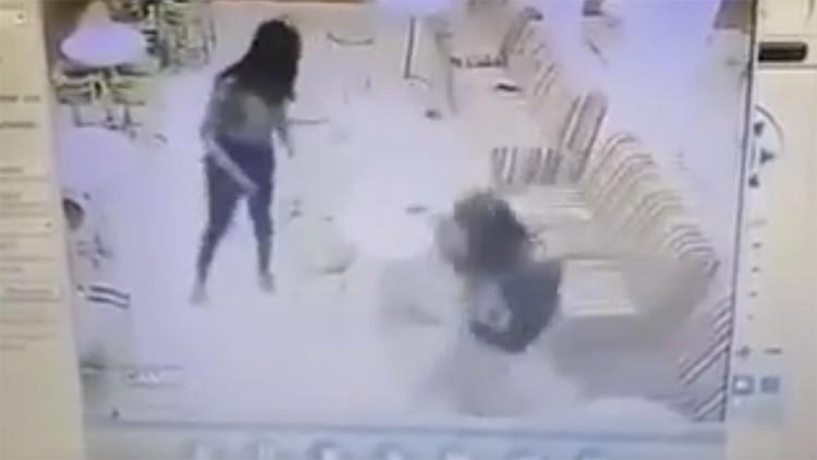 A sangre fría: un joven es abaleado en una heladería por un desconocido en Brasil (video +18)